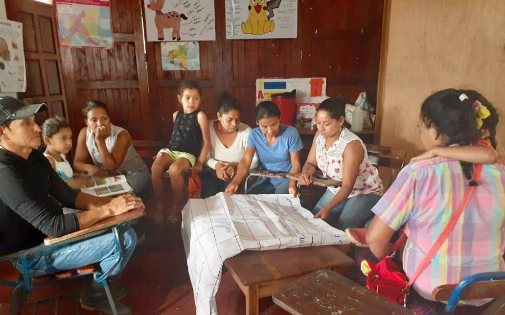 El Abra community members meet to discuss their goals