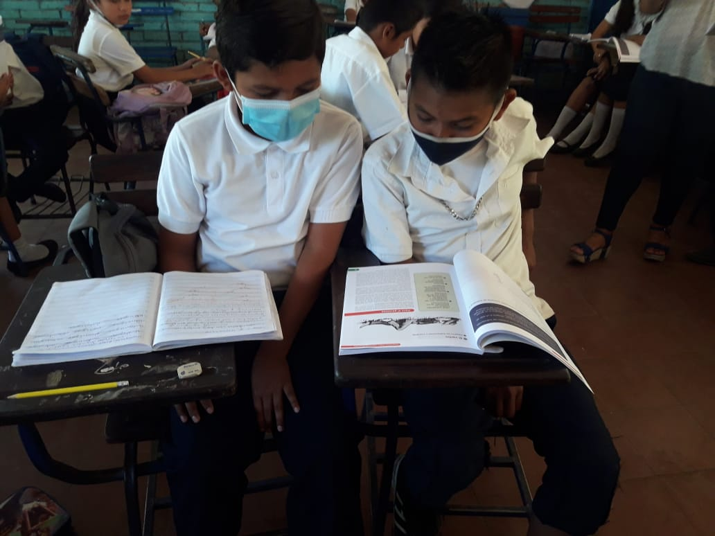 Students in times of pandemic share book - Local school in Nicaragua