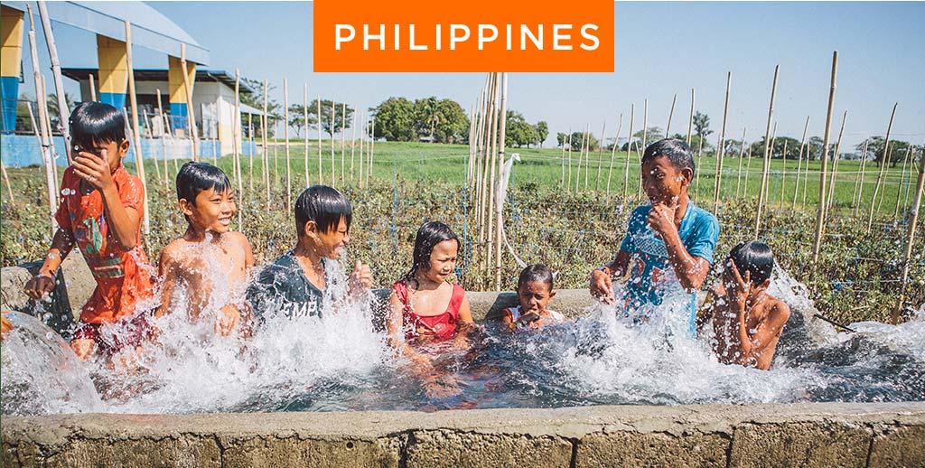 Philippines children splashing